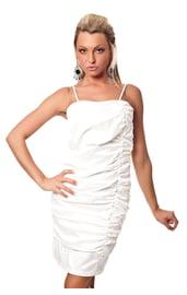 Белое платье-карандаш со сборками